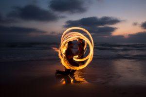 מופע אש מגניב על הים בשקיעת החמה