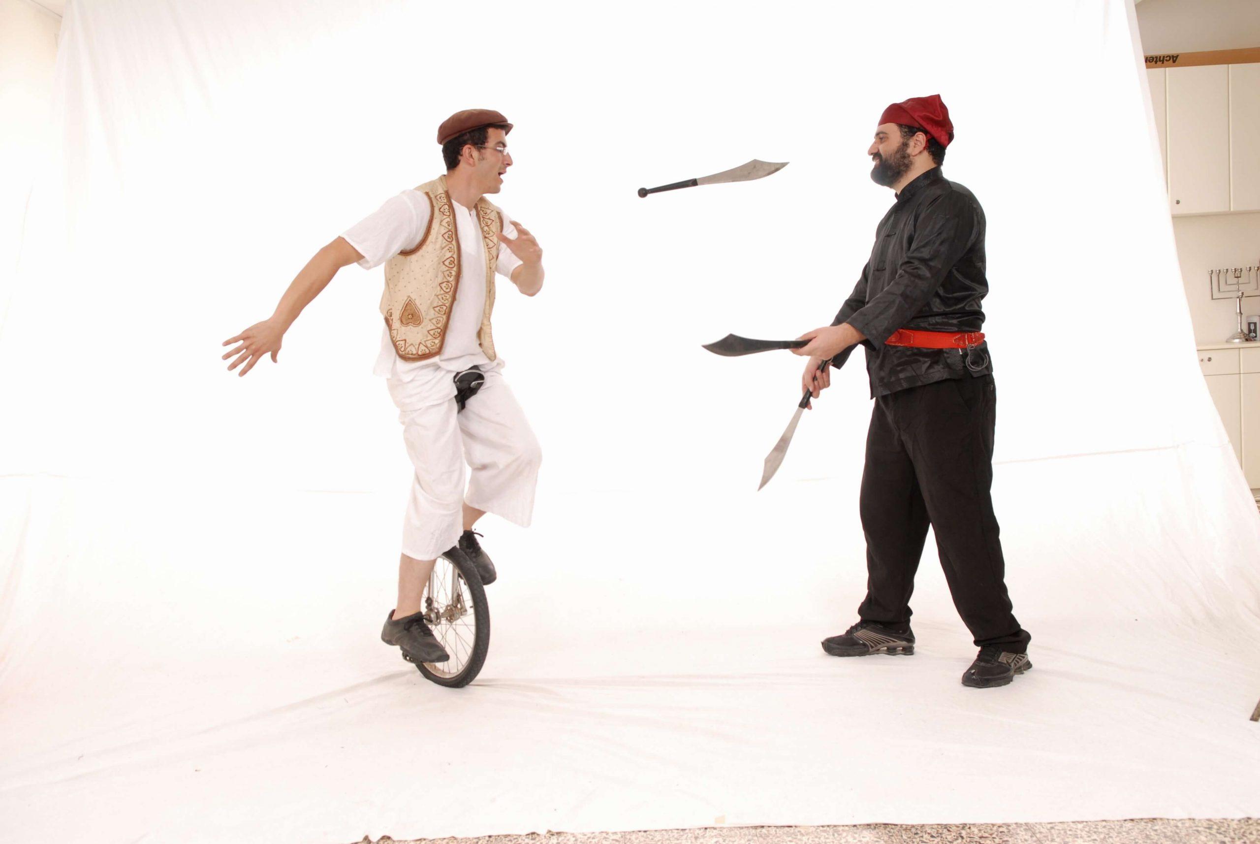 יהודה ועמי עושה ג'אגלינג עם חרבות