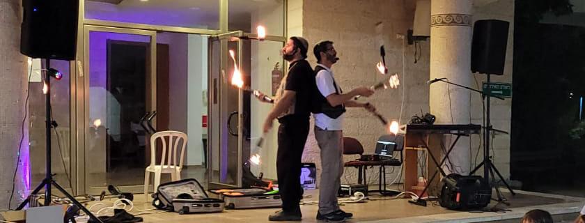 מופע אש ולהטוטים לבית חבד קדומים